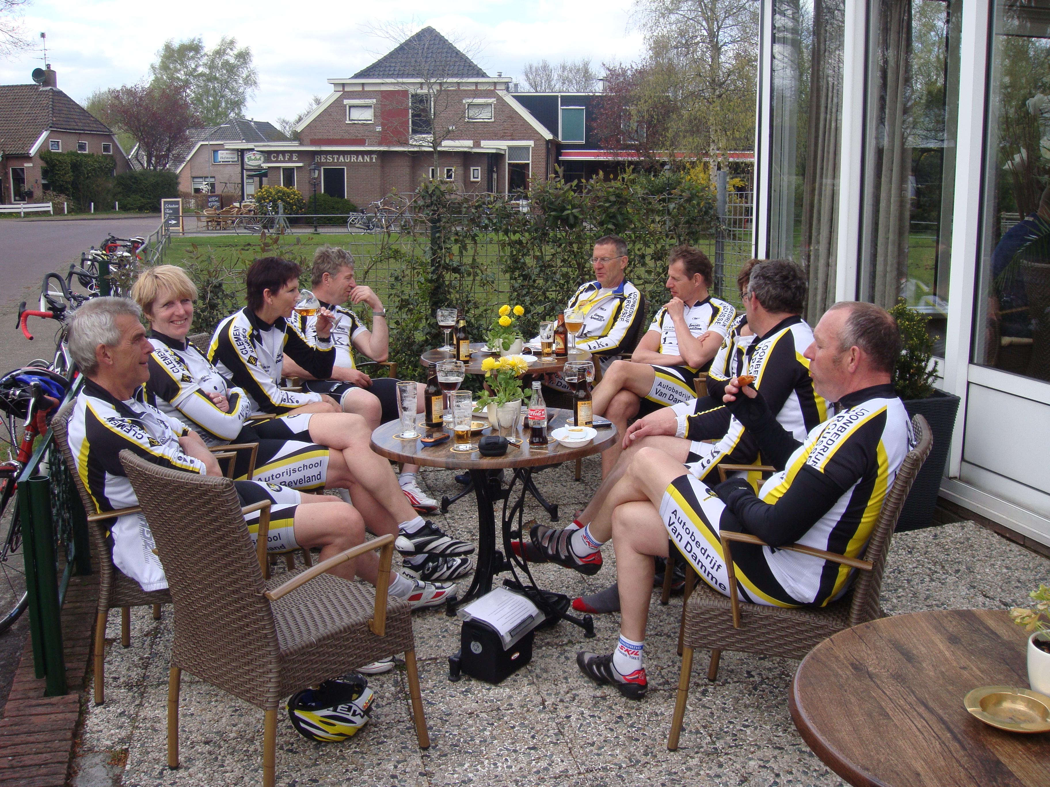 Met nog ongeveer 10 km te gaan nog even wat drinken op een terrasje in Grollo