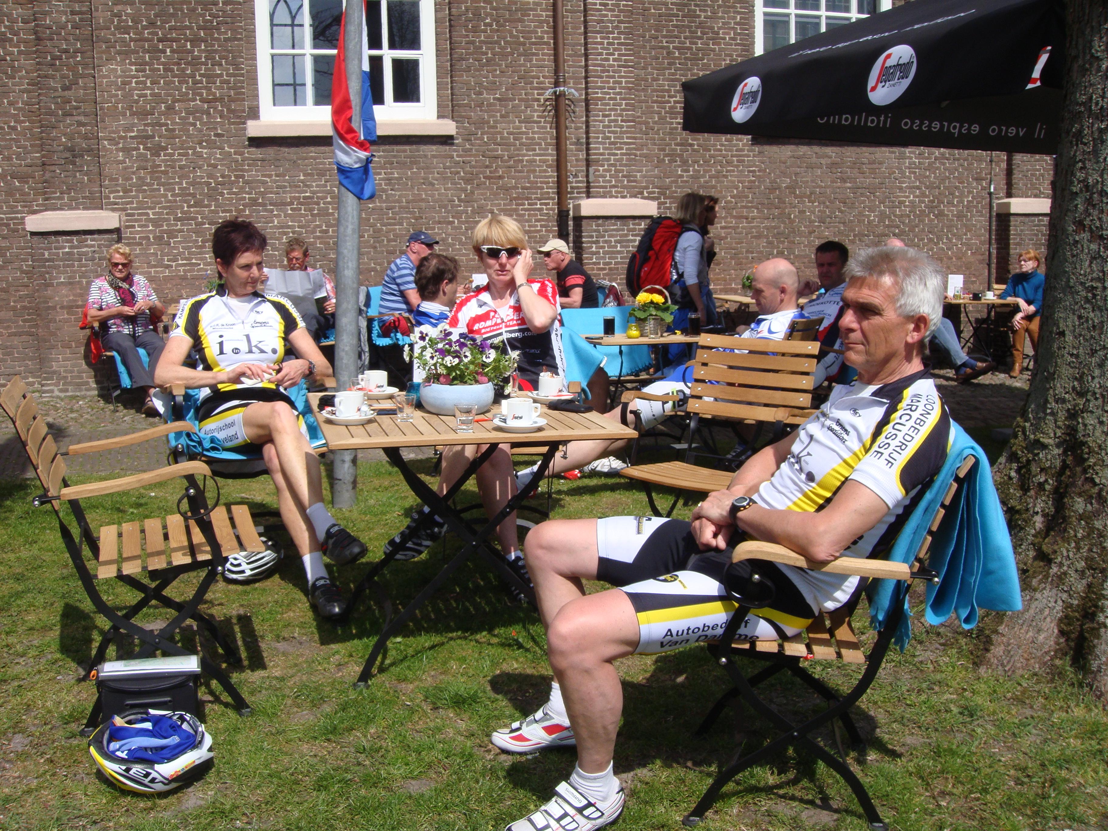Genieten op het terras bij fietscafe VanSlag in Borger