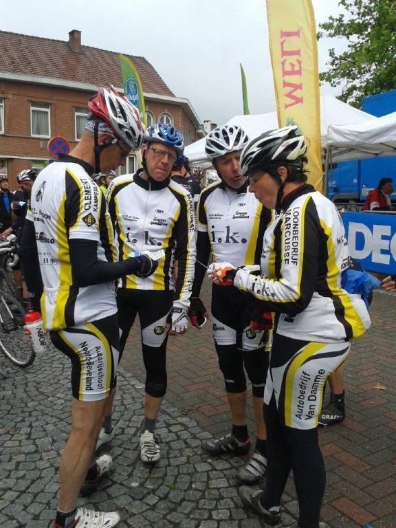 Ko, Leo, Thijs en Mariel bekijken de route tijdens de 1e stop