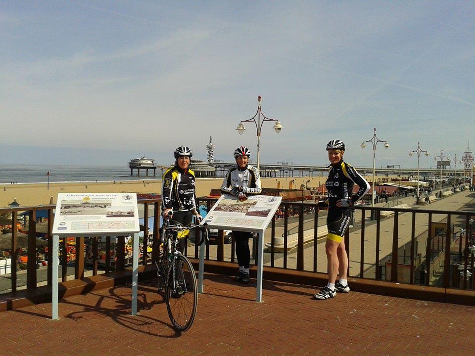 Mariel, Yolanda en Annemie in de zon op de boulevard van Scheveningen